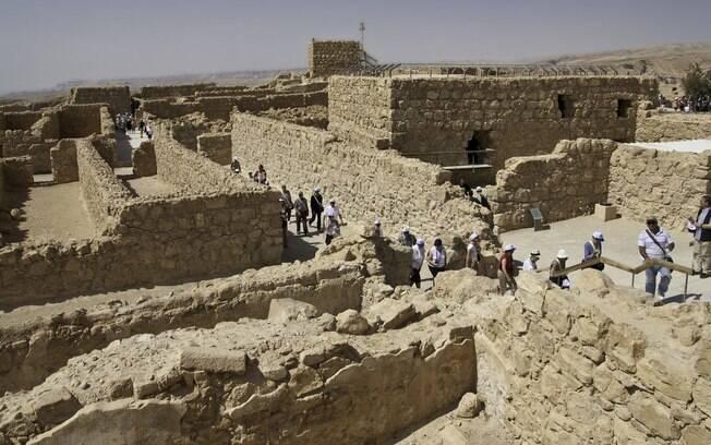 A Fortaleza de Massada, localizada no meio do deserto, a pouco mais de uma hora de carro de Jerusalém, é um passeio imperdível