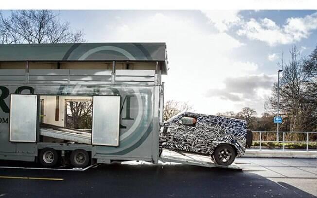 Land Rover Defender da nova geração tem imagem mostrada oficialmente pela marca, ainda camuflado