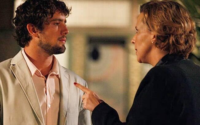 Rodrigo (Rafael Cardoso) é ameaçado por Eva (Ana Beatriz Nogueira) em