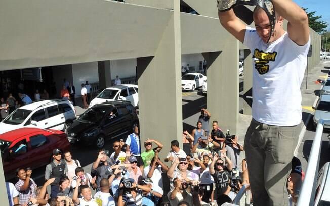 Cigano mostra o cinturão para os fãs