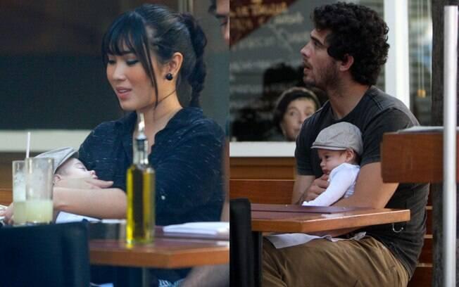 Daniele Suzuki almoça com o marido e o filho em restaurante carioca