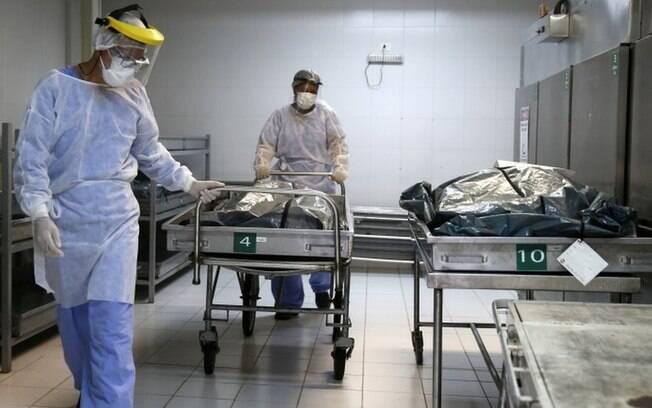 'Pacientes são intubados na emergência e morrem lá mesmo': o colapso da saúde em Porto Alegre, onde hospital aluga contêiner para acomodar mortos
