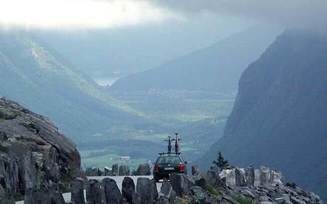 Trollstigen: mirantes, cachoeiras e paredões rochosos podem ser vistos ao longo da sequência de onze curvas