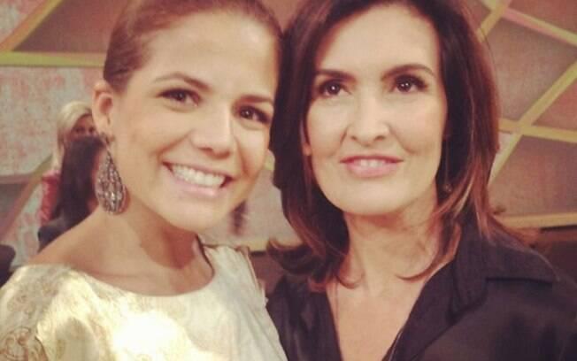 Nivea Stelmann paparicou a apresentadora Fátima Bernardes nos bastidores de seu programa