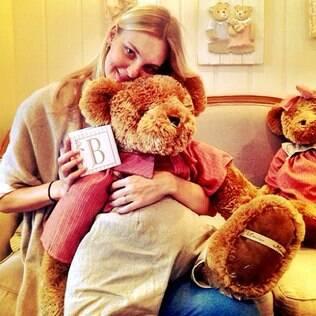 Carol Trentini mostrou foto no Instagram nesta quarta-feira (24) em que aparece com um urso de pelúcia e uma caixa com a letra B.