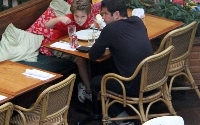 Murilo Benício almoça com Pietro