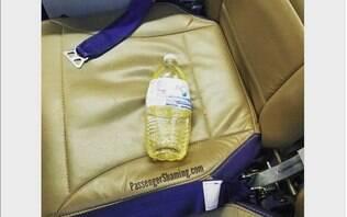 Maus passageiros: pessoa deixa garrafa com urina no avião, e foto viraliza