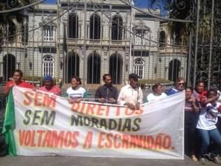 Moradores de ocupações se acorrentaram aos portões do Palácio da Liberdade