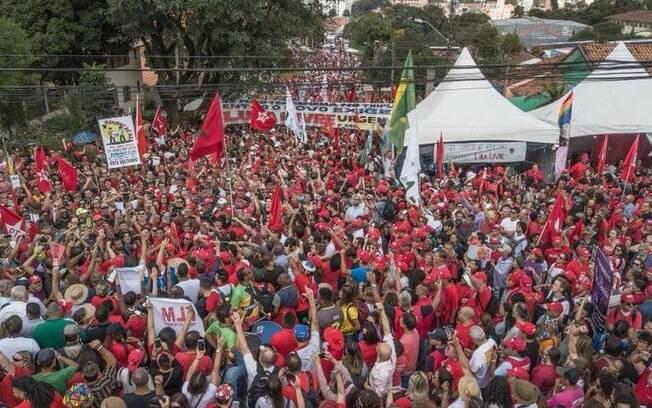 Ato em Curitiba reúne manifestantes nesta terça, 1º de Maio; Dia do Trabalhador terá como sede a capital paranaense