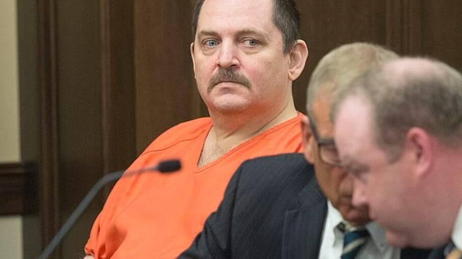 Assassino do Tinder é condenado após matar e cortar mulher em 14 pedaços