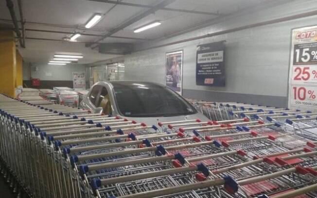 Carro ficou bloqueado por carrinhos de supermercado