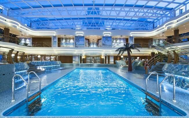 No MSC Preziosa há opção de piscina coberta e o design requintado e moderno impressiona