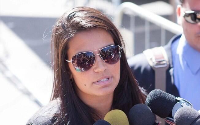 Mulher do ex-goleiro Bruno, Ingrid Calheiros fala com a imprensa na chegada ao Fórum de Contagem