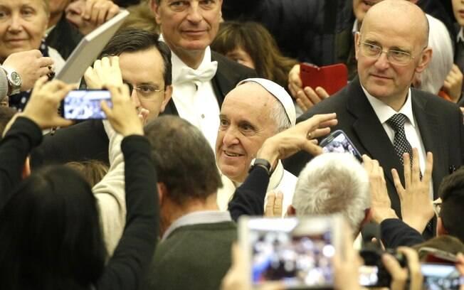 Papa Francisco chega para audiência com membros da comunidade