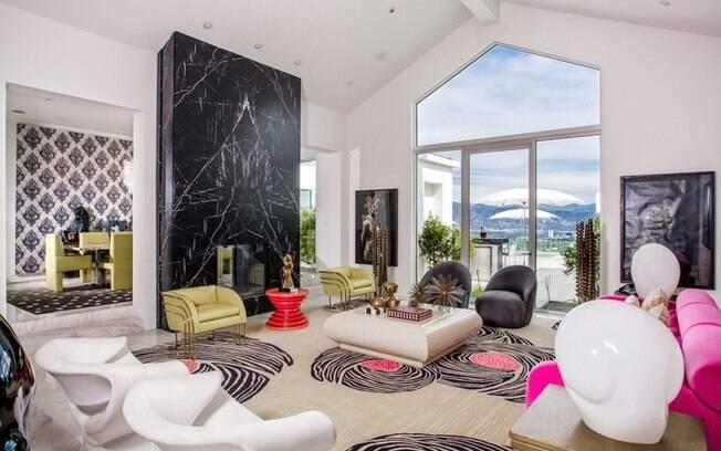 A sala da mansão que era de Gwen Stefani tem uma decoração colorida e nada convencional