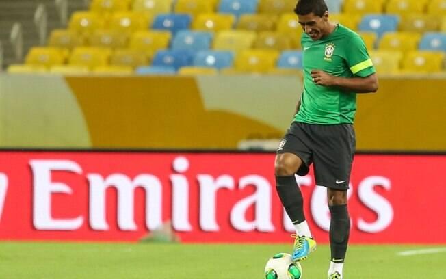 O volante Paulinho brinca com a bola durante  o treino da seleção brasileira, no Maracanã  (29/6)