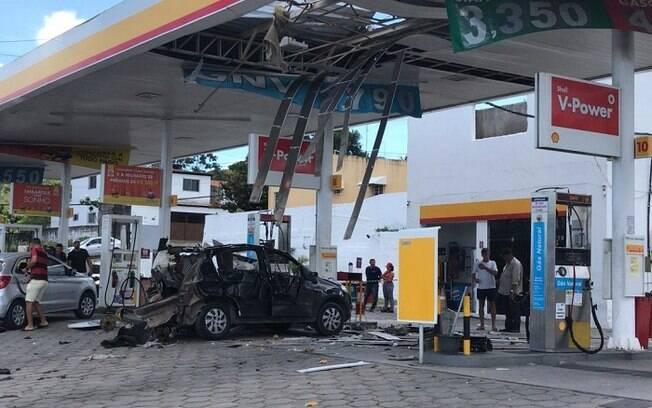 Cobertura do posto de combustível também foi atingida