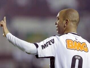 Diego Tardelli of Brazil's Atletico Mineiro celebrates after scoring against Argentina's Lanus during the Recopa Sudamericana first leg soccer match in Buenos Aires, Argentina,  Wednesday, July 16, 2014. (AP Photo/Victor R. Caivano)