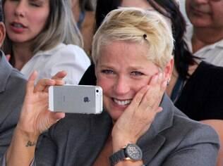 Xuxa se emociona e filma apresentação com seu celular