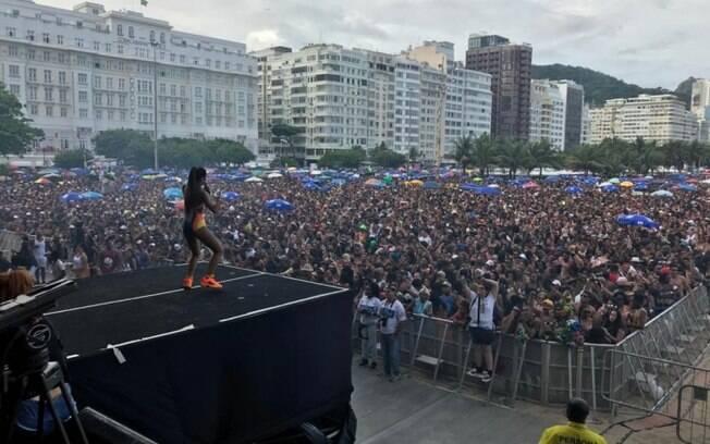 palco e público no bloco da favorita, que marcou abertura do carnaval do Rio