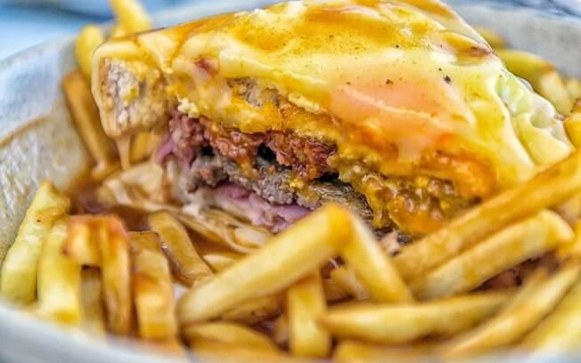 Para acompanhar um sanduíche deste tamanho, uma boa porção de batatas fritas é uma excelente ideia