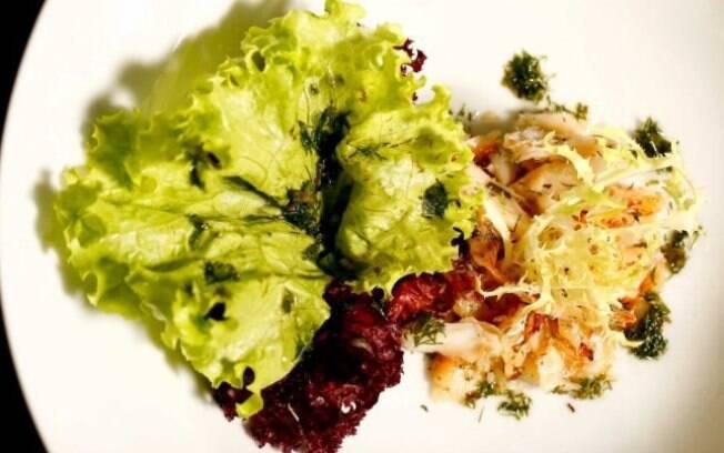 Salada verde com lascas de bacalhau