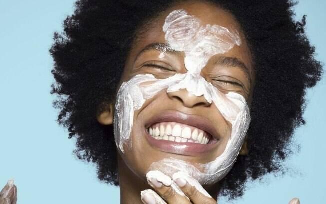 Imagem Ilustrativa de uma mulher lavando o rosto