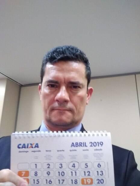 Sergio Moro tira selfie segurando calendário