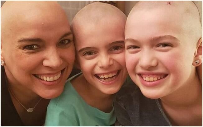 Filhas rasparam a cabeça após mãe ser diagnosticada com câncer de mama como gesto de empatia e solidariedade