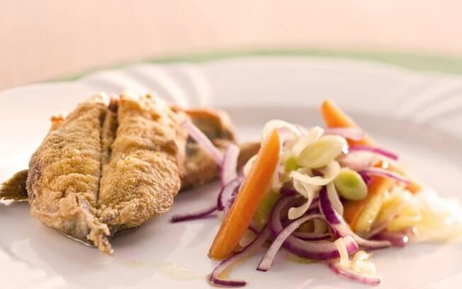 Foto da receita Sardinha empanada guarnecida com panachè de legumes pronta.