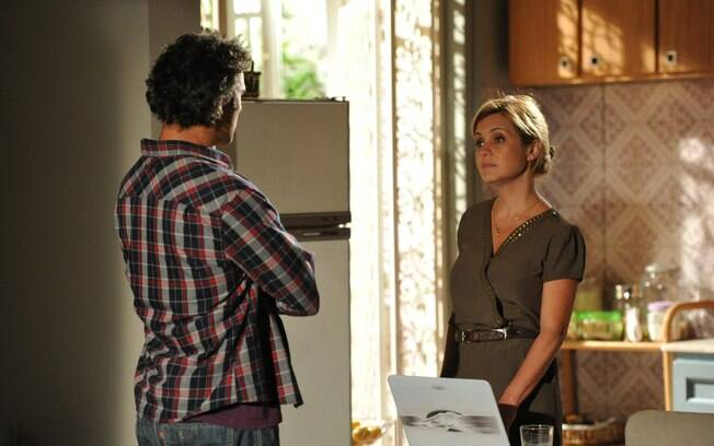 Júlia nega o pedido de Abner e pede um tempo