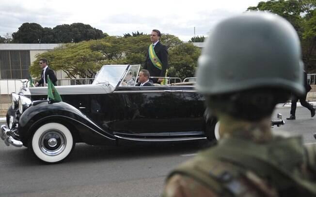 O presidente Jair Bolsonaro em carro aberto no início do desfile de 7 de setembro