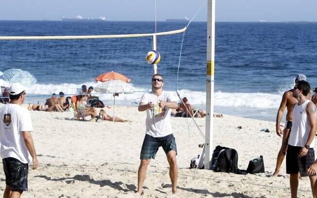 Rodrigo Hilbert joga vôlei com os amigos na praia