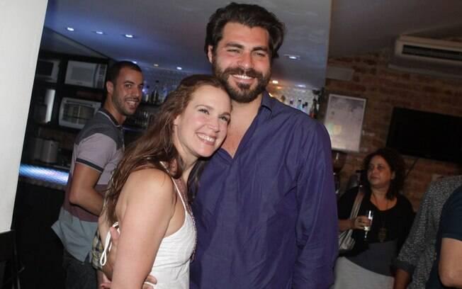 Orgulhoso, Thiago Lacerda não desgrudou da mulher Vanessa Lóes após o espetáculo