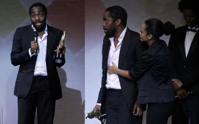 Lázaro Ramos sobe ao palco para receber um prêmio acompanhado da mulher, Taís Araújo