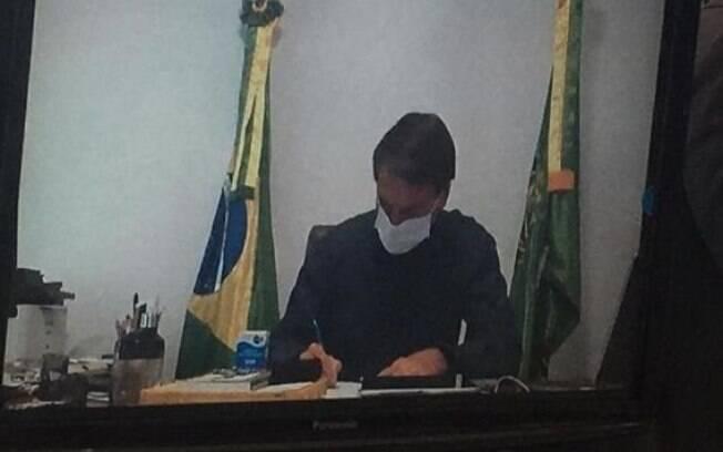 Bolsonaro colocou caixa de sulfato de hidroxicloroquina na mesa