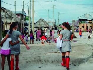 Patrulha da Alegria nas ruas de comunidade carente no Peru
