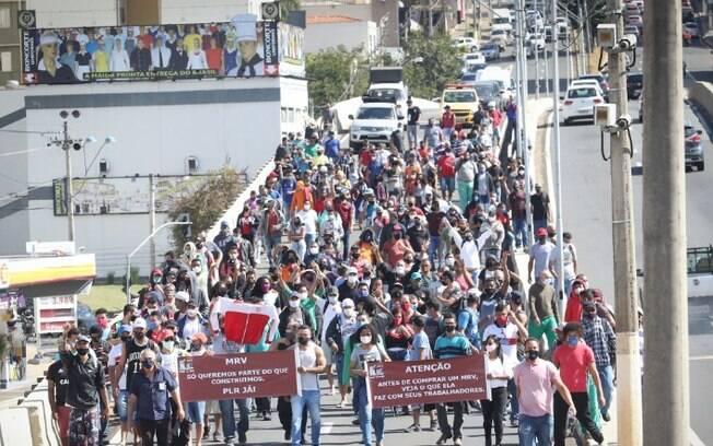 Manifestação de trabalhadores bloqueia vias do Centro de Campinas
