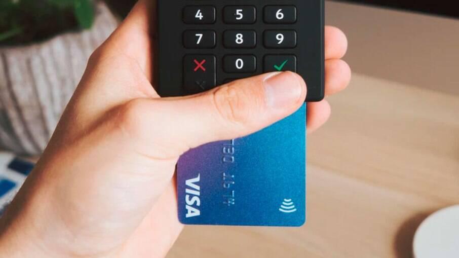 Cartão por aproximação se populariza, mas pagamentos sem senha aumentam risco