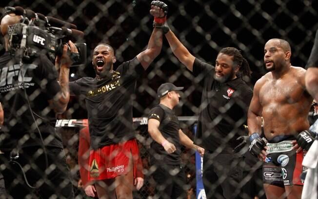 Jon Jones vence Cormier e mantém o cinturão dos meio-pesados no UFC. Foto: Steve Marcus/Getty Images