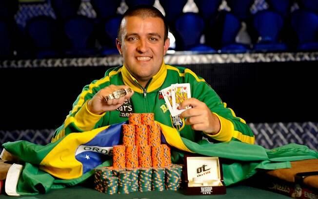 André Akkari após conquistar o bracelete de ouro da WSOP