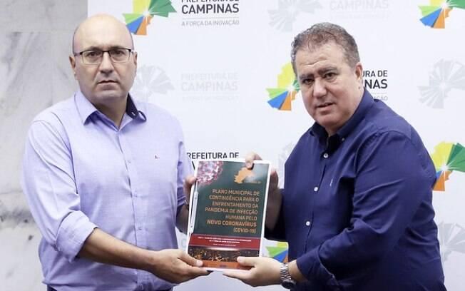 Jonas entrega plano de contingncia da covid-19 a prefeito eleito