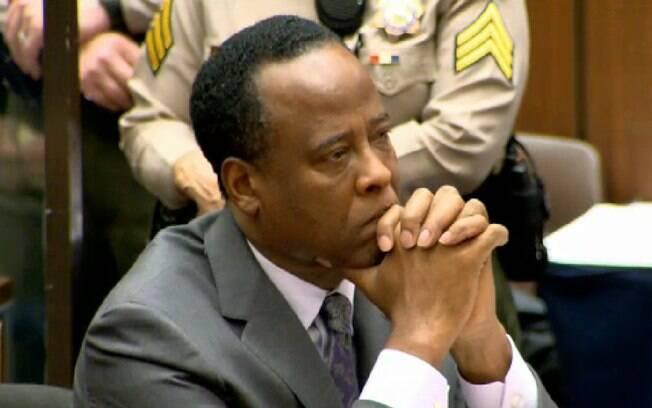 Dr. Conrad Munray após receber o veredito de quatro anos por homicídio involuntário no dia 29 de novembro de 2011