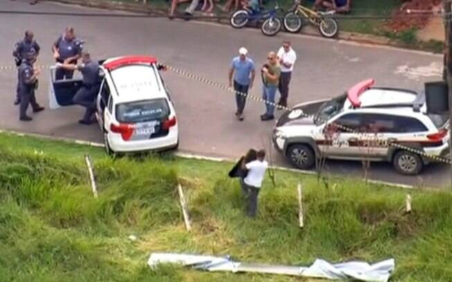 Imagem mostra peritos averiguando local onde foi achado objeto que fazia parte da aeronave