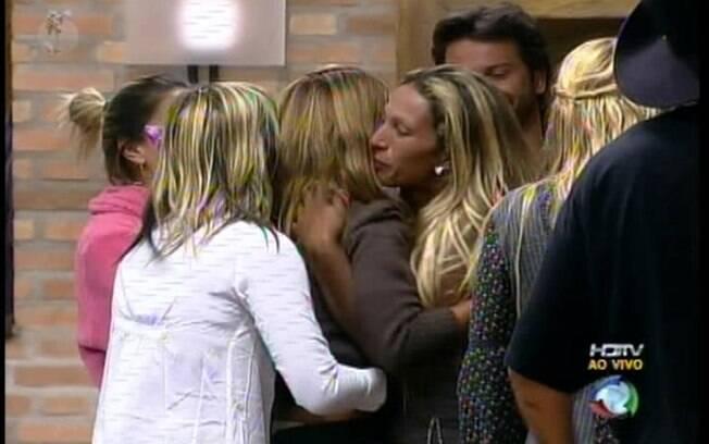 Raquel Pacheco é recebida pelos outros peões na sede