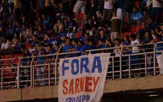 Torcida do Cruzeiro leva faixa ao estádio para protestar contra José Sarney, em 2009