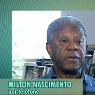 Milton Gonçalves fala ao telefone mas legenda identifica Milton Nascimento