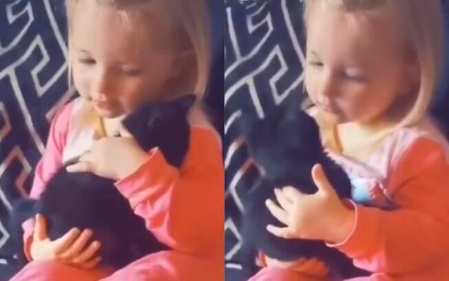 Vídeo de amizade entre menina e gatinho é uma das coisas mais fofas que você vai ver hoje