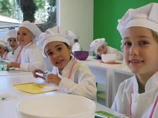 Crianças na aula de culinária em escola especializada: cozinhar diminui a resistência a novos pratos