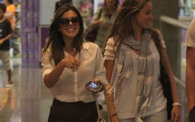Giovanna Lancellotti passeia em shopping com amigos